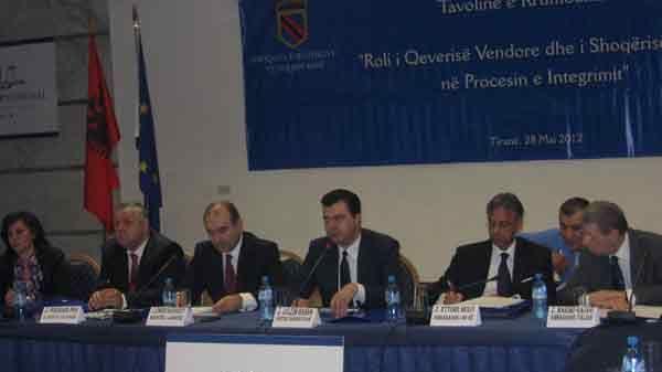 V.l.n.r. Stellv. Innenminister Ferdinand Poni, Stellv. Premierminister und Aussenminister Edmond Haxhinasto , Bürgermeister von Tirana Lulzim Basha, EU-Botschafter in Tirana Ettore Sequi